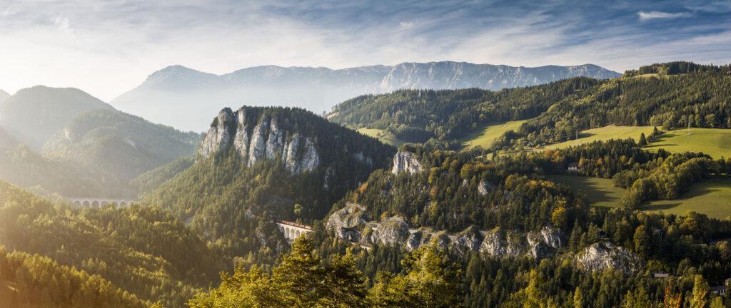 Semmering Blick auf Semmeringbahn und Gebirge in Österreich