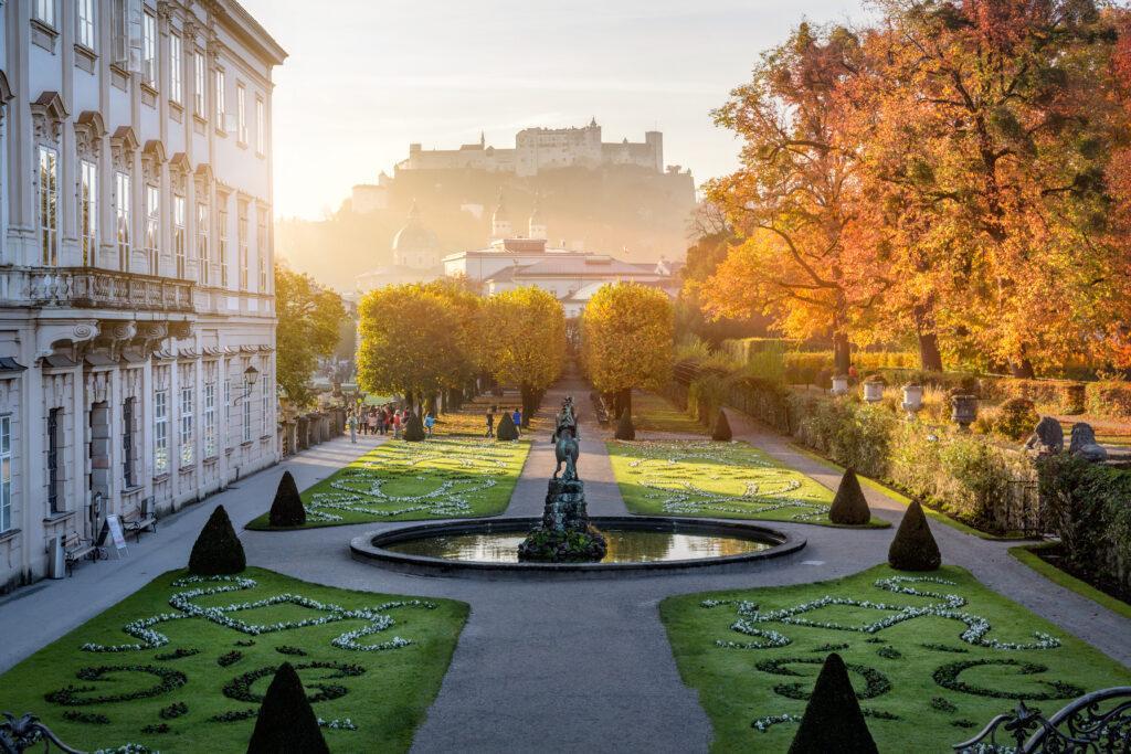 Mirabell Garten in Salzburg an einem Herbstmorgen in Österreich, UNESCO