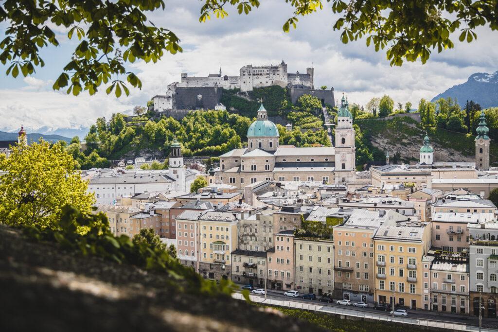 Salzburg historisches Zentrum mit grünen Blättern und Sonnenschein Österreich