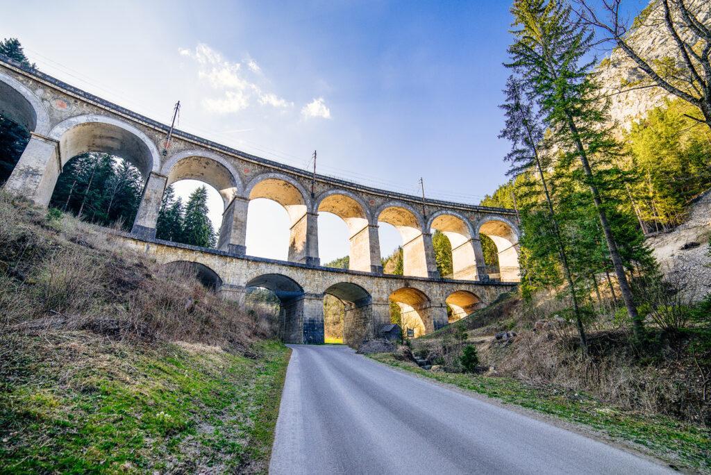 Panorama eines Eisenbahnabschnittes der Semmeringbahn, Semmering in Österreich
